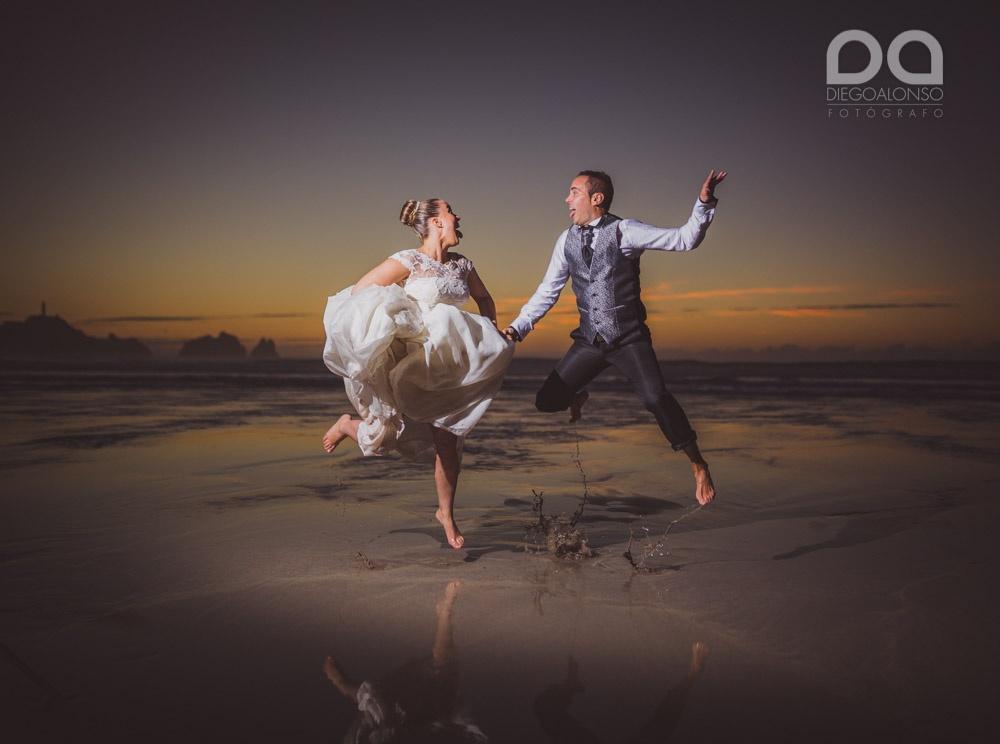 Foto de postboda original en la playa de Reira Costa da Morte