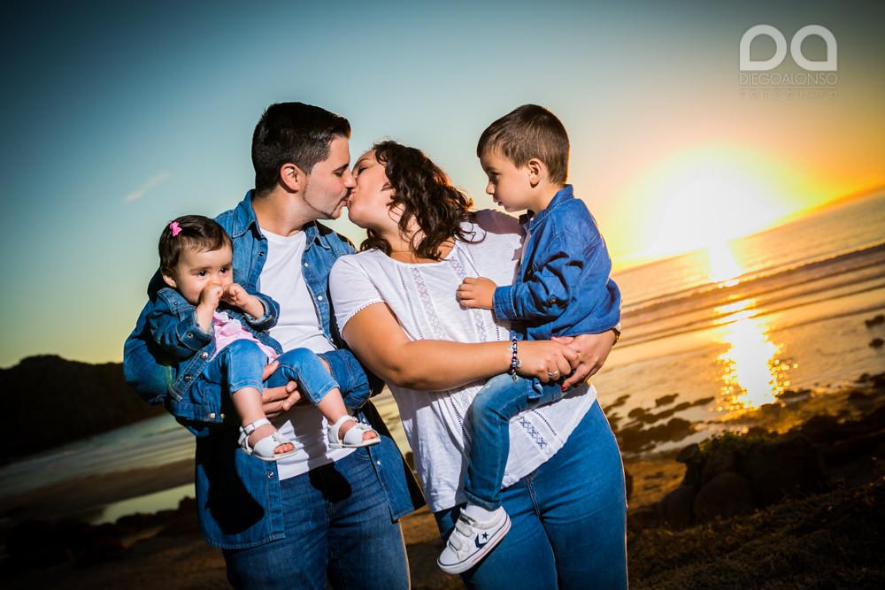 La preboda en familia de Brenda y Víctor en la playa de Reira 5