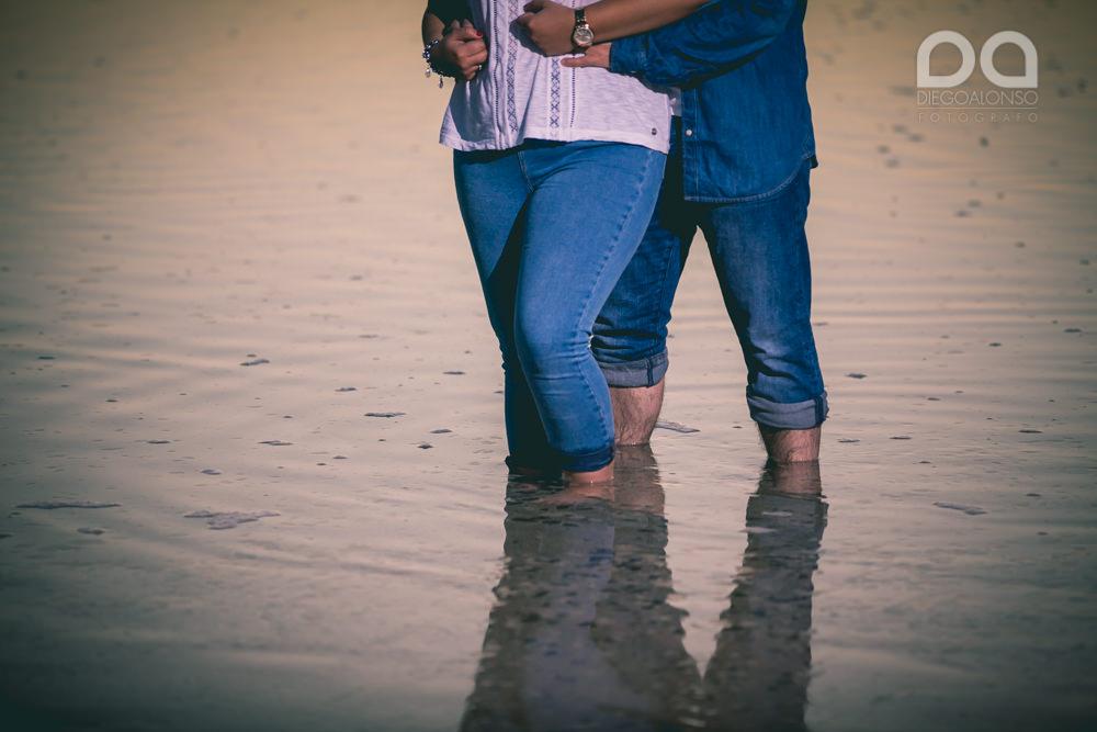 La preboda en familia de Brenda y Víctor en la playa de Reira 13