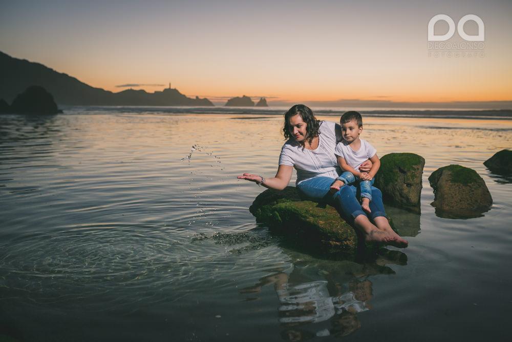 La preboda en familia de Brenda y Víctor en la playa de Reira 30